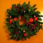 Einen schönen Adventskranz selber machen - auch an der Tür macht sich ein solches Gesteck gut!
