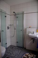 Das Badezimmer gründlich sauber machen - so befreit man Dusche und Badewanne von Kalk
