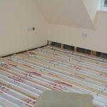 Eine Fußbodenheizung besteht aus meterlangen Schläiuchen, die am Boden verlegt sind. Das Entlüften gestaltet sich anders, als bei einem normalen Heizkörper.