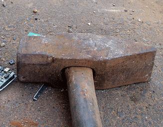 Den Stiel von Hammer oder Axt wieder richtig befestigen