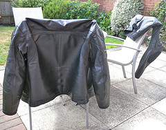 Leder kann in der Waschmaschine gewaschen werden - wir zeigen wie das geht...