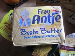 Schwer zu glauben, aber wahr: Ölflecken kann man u.a. mit Butter aus der Kleidung entfernen!