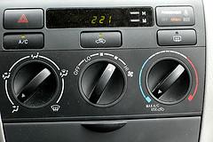 Kühle luft im Auto: mit einem Ventilator - ideal für lange Fahrten
