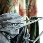 Wäsche, die aus der Waschmaschine kommt, sollte eigentlich duften. Manchmal stinkt sie aber...