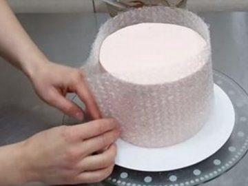 Eine perfekte Idee: Torte mithilfe von Luftpolsterfolie mit Schokolade verzieren