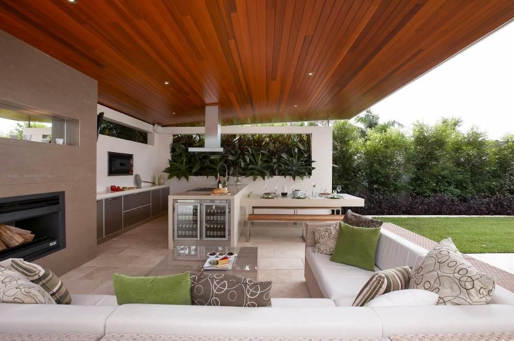 außenkamin in küche mit sofa im patio bereich mit holzdecke küchenschrank bodenbelag neben rasen