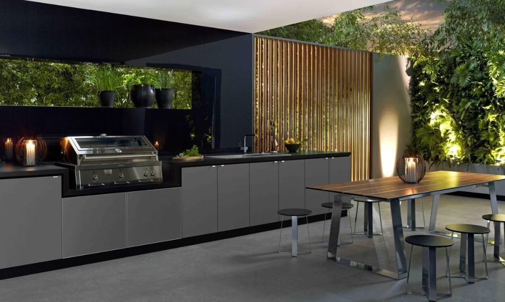 außenküche in dunklen farbtönen grau und schwarz kombination mit pflanzen