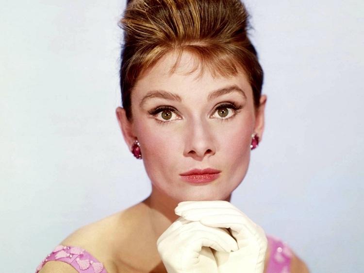 Audrey Hepburn Hochsteckfrisur mit Micropony 50er Jahre
