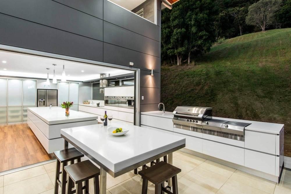 aussenküche bauen und gestalten mit gasgrill esstisch in weiss modernes küchendesign