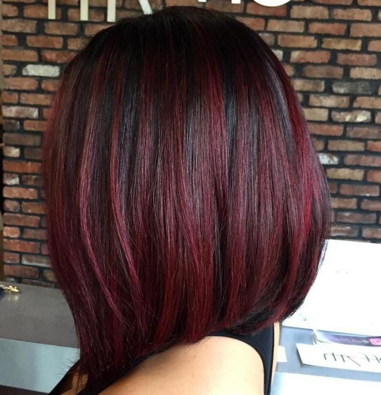 Burgundu Haarfarbe dunkle Haare mit Highlights Long Bob Haarschnitt stylen