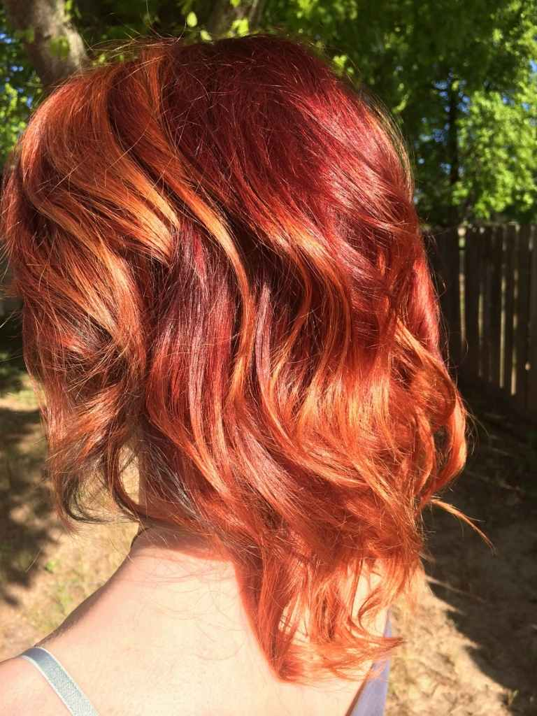 Dunkel Kupferrot Haarfarbe mit blonden Strähnen kurze Haare Frisurenideen