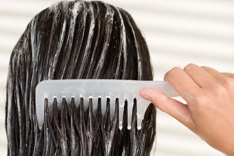 Feuchtigkeitsmaske Haare selber machen mit Kamm verteilen