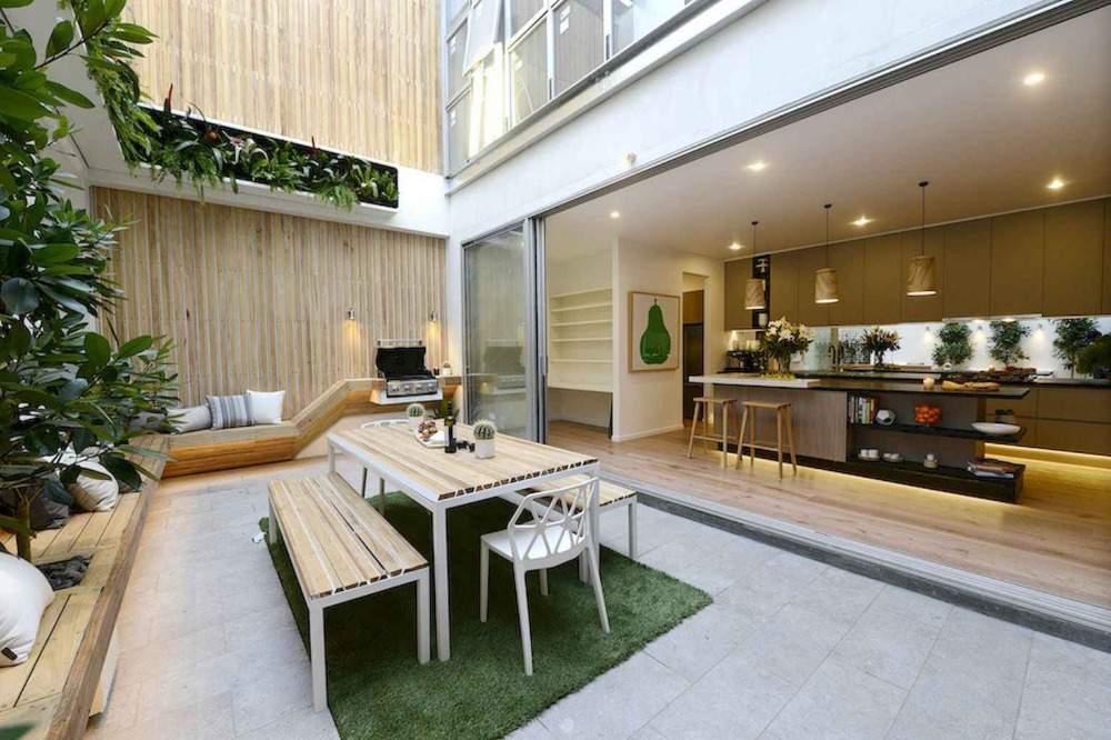 frisch aussehender innenhof mit küchenzeile und sitzbanken