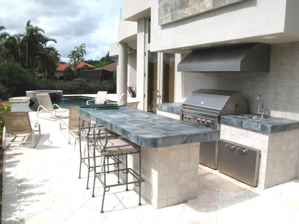 geflieste aussenküche bauen mit stühlen aus eisen und großem kochbereich mit grill