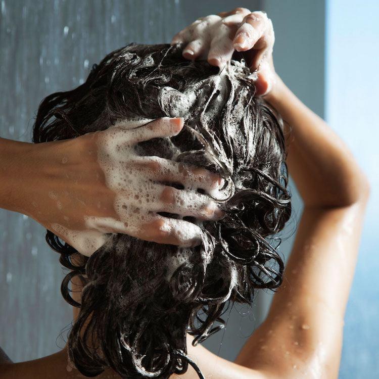 hausmittel-gegen-schuppen-antischuppen-shampoo-schaum-haare-waschen