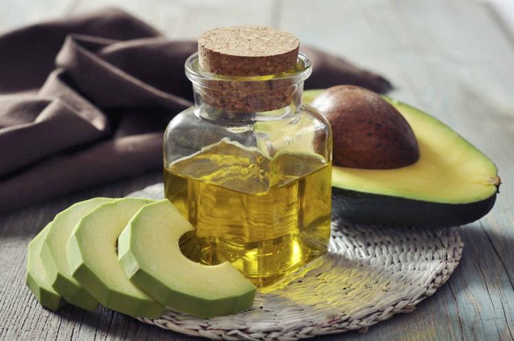 hausmittel-gegen-schuppen-tipps-avocado-a%cc%88l-pflege-kur