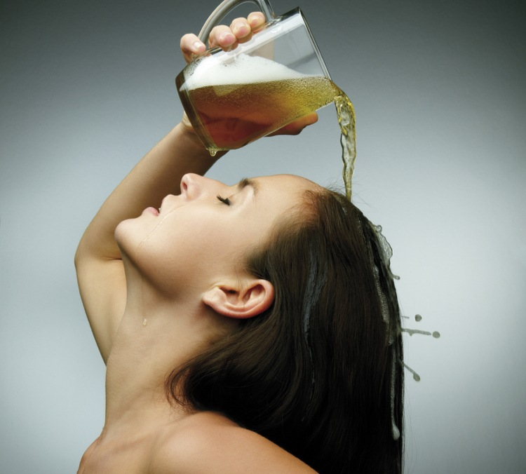 hausmittel-gegen-schuppen-tipps-bier-pflege-kur