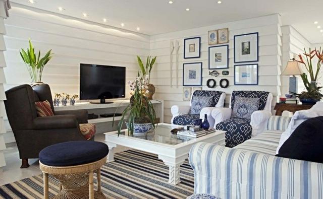 Holzpaneele-Wandverleidung-gestreifte-Möbel-Wanddeko