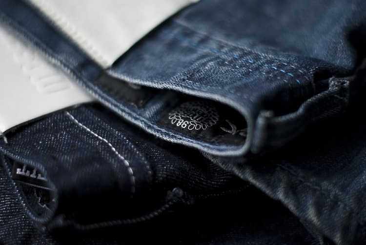 Jeans Leder Etikett gestalten Tipps