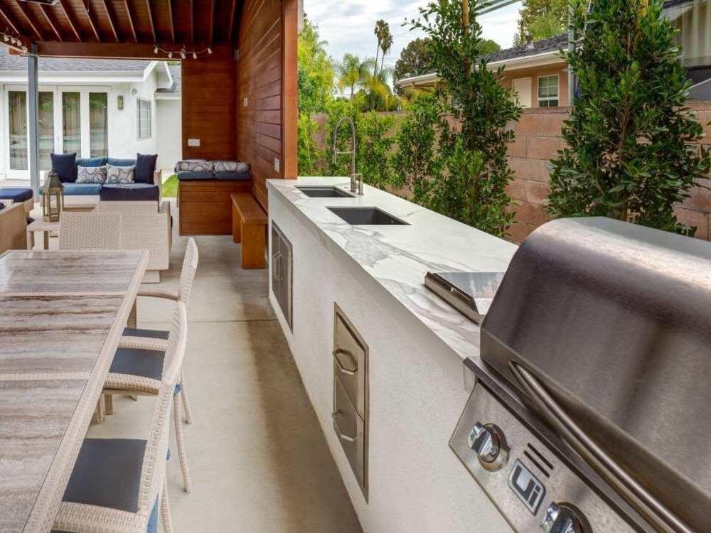 küchenarbeitsplatte aus marmor mit elementen aus edelstahl im außenbereich