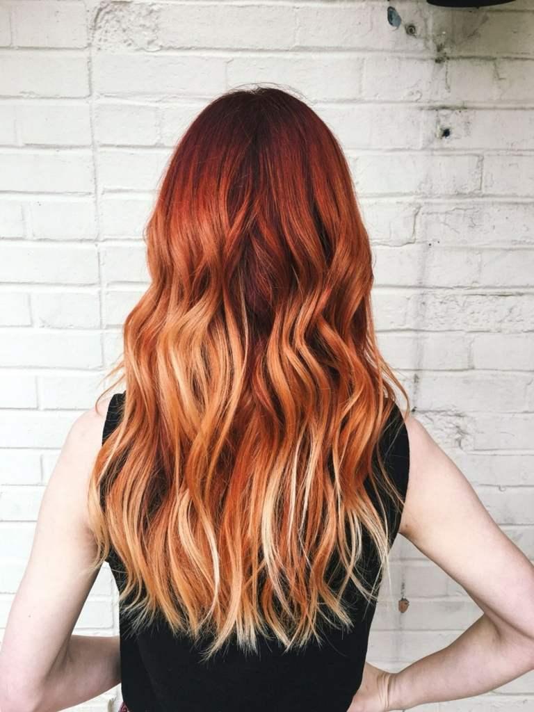 Kupferrot Haarfarbe mit blonden Strähnen Balayage Rot Haartrend