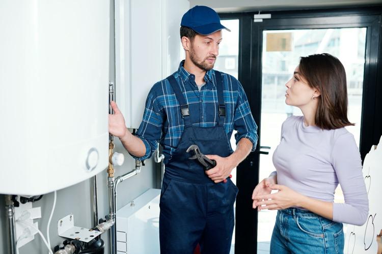 mit einem Instalateuren sprechen über die Installation und Kosten eines Hauswasserwerks