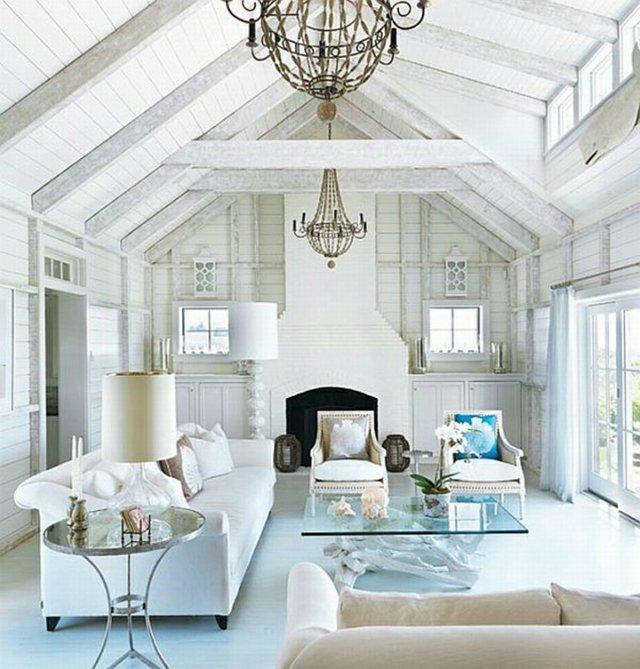 moderne-Mediterrane-Wohnung-mit-weißem-Holz-und-Zimmerdecke