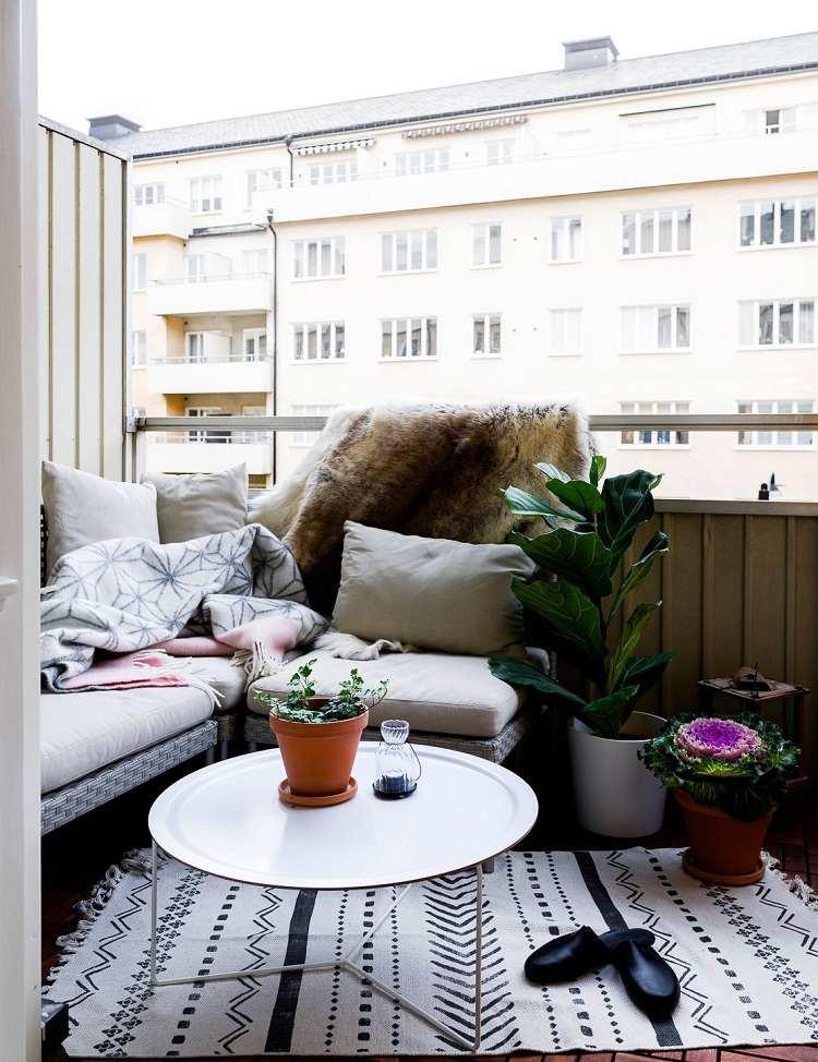 Platzsparende Balkonliege Lounge Möbel kleiner Balkon Ideen