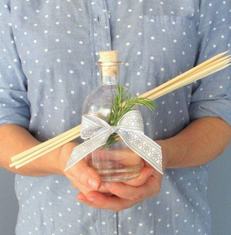 raumduft-selber-machen-bambusstäbchen-glasflasche-rosmarin-deko