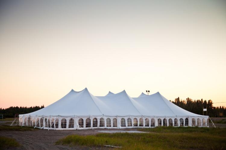 riesiges pagodenzelt partyzelt auf einer wiese im freien
