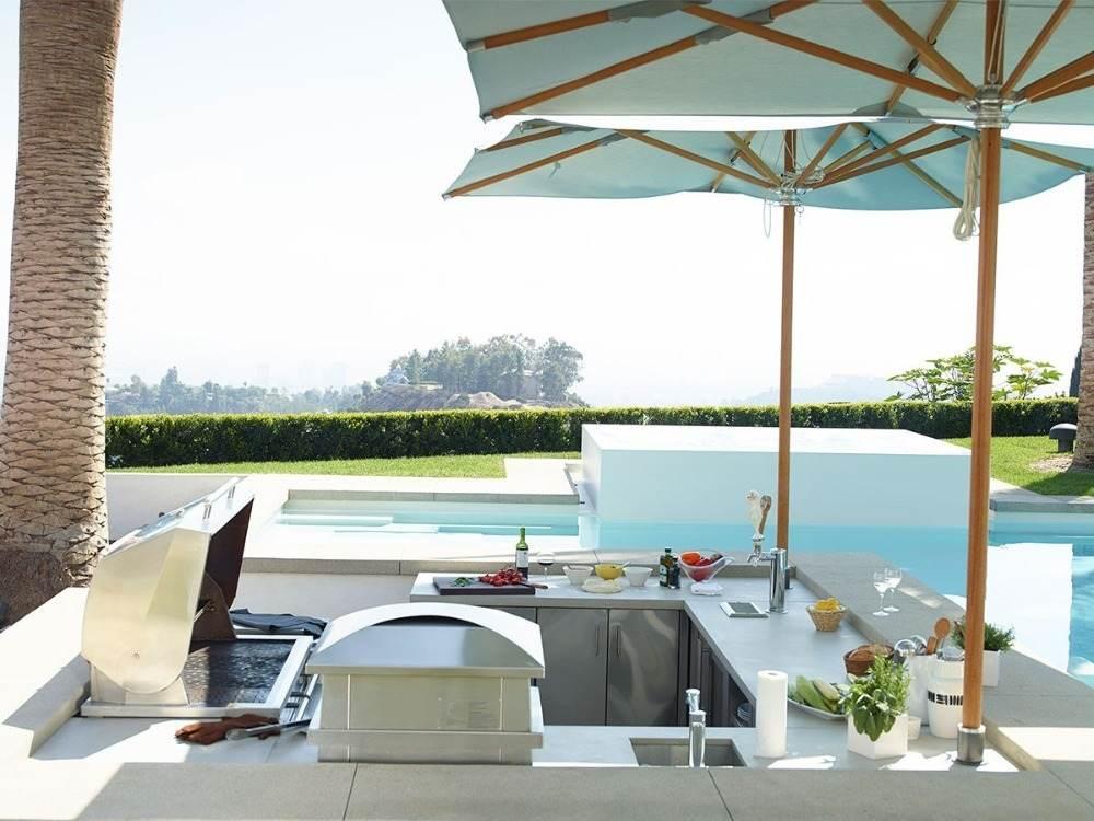 sonnenschirme für schatten über u-förmige kleine aussenküche bauen neben pool