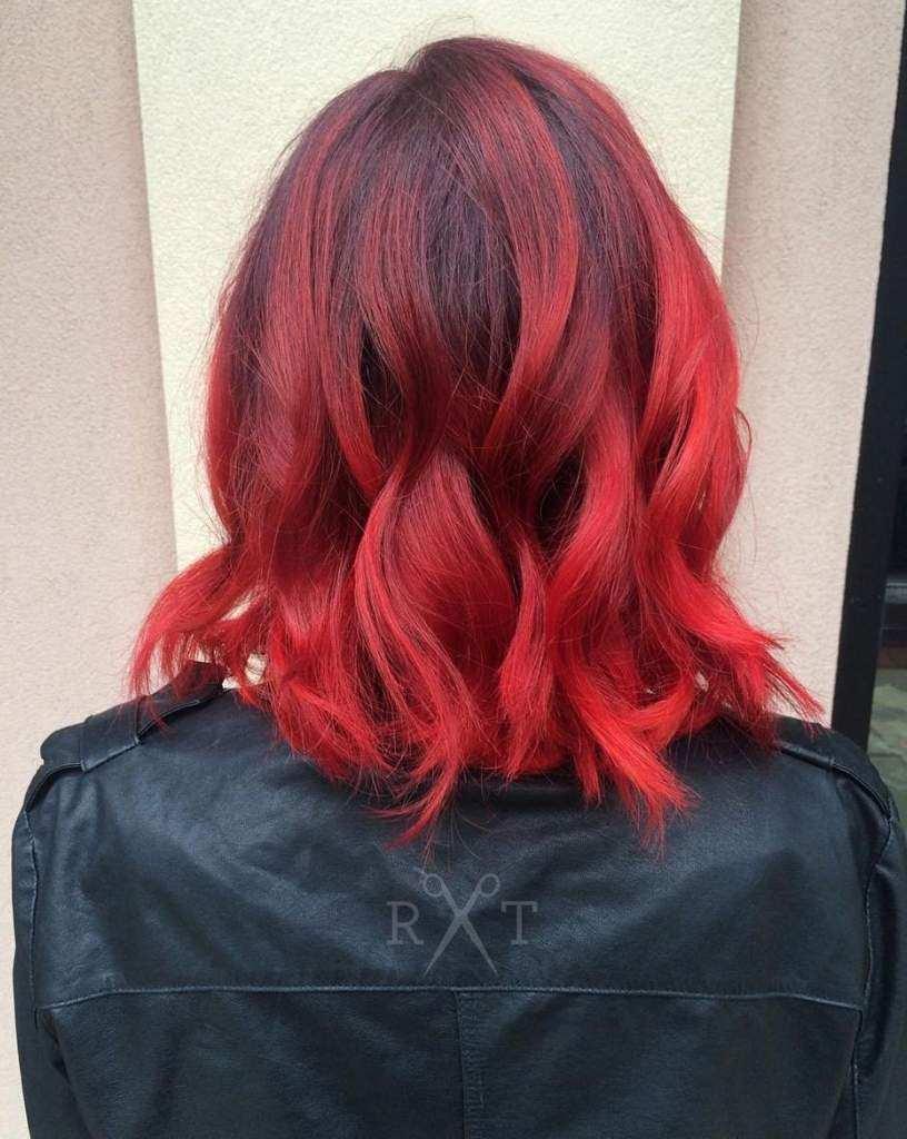 Swarze Haare mit roten Strähnen dunkelrot Haarfarbe Pflegetipps