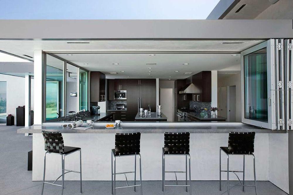 theke aus naturstein und hohen stühlen als teil einer modernen aussenküche bauen