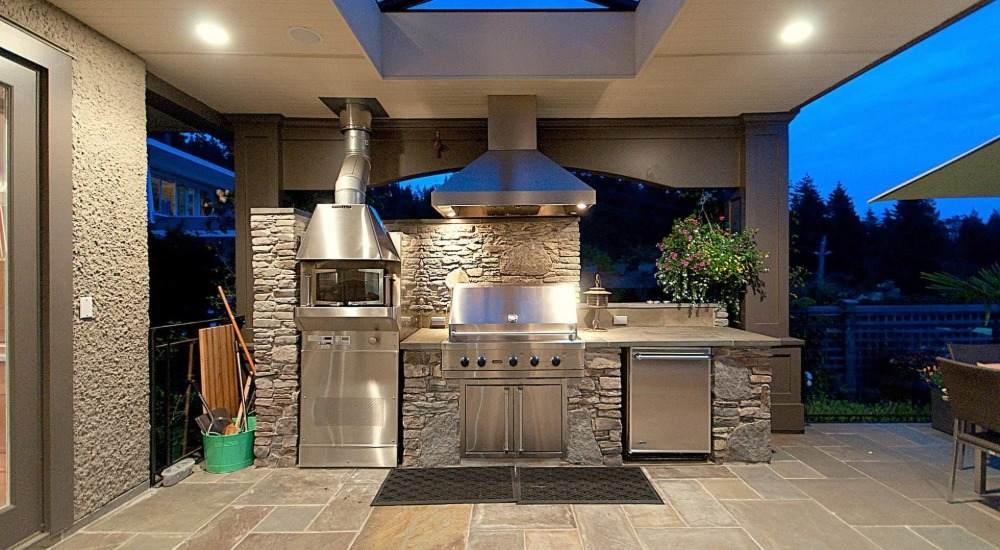 toll aussehende aussenküche edelstahl mit grill und wandverkleidung aus natursteinen