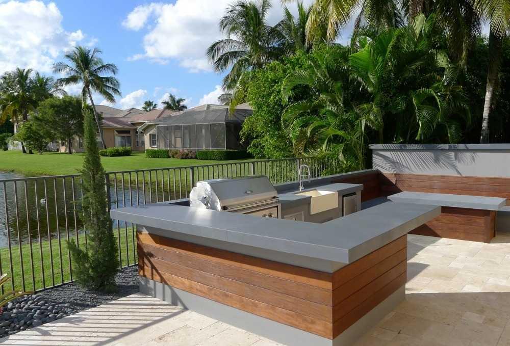 ultra moderne l-förmige aussenküche bauen aus edelstahl und holz im sonnigen garten