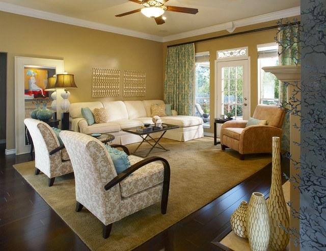 Vorhänge-mit-Muster-Retro-Sessel-Teppich-und-braune-Töne